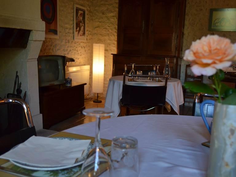 Salle à manger table d'hôte et petit déjeuner