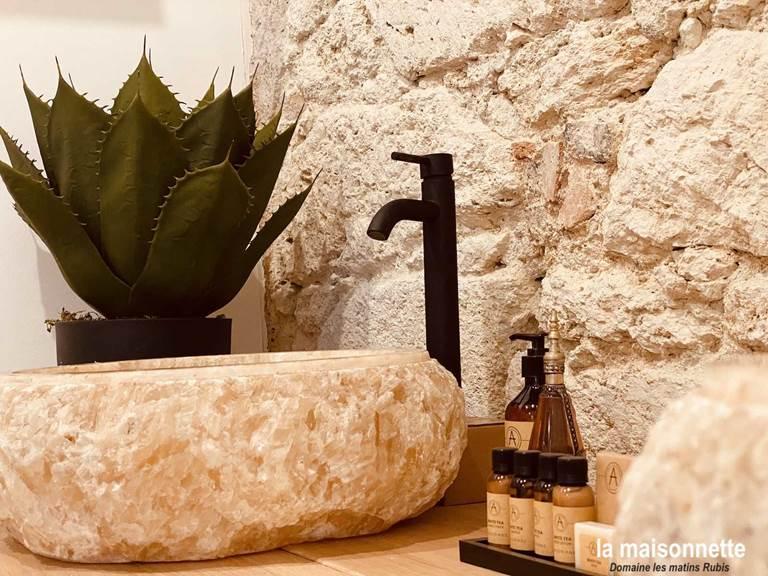 Vasque de la salle-de-bain de la Maisonnette des matins rubis (chambre d'hôte près de Toulouse)