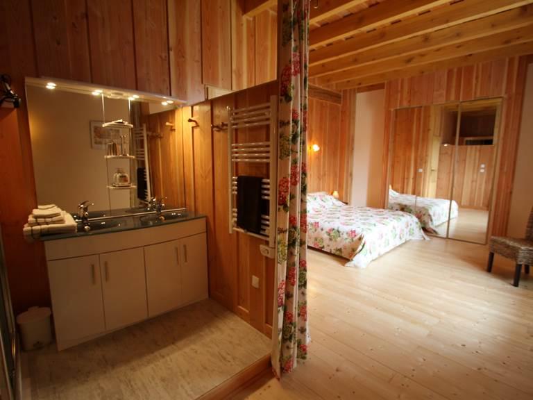 L'espace douche avec lavabo double vasques, sèche serviettes, sèche cheveux, WC séparé.