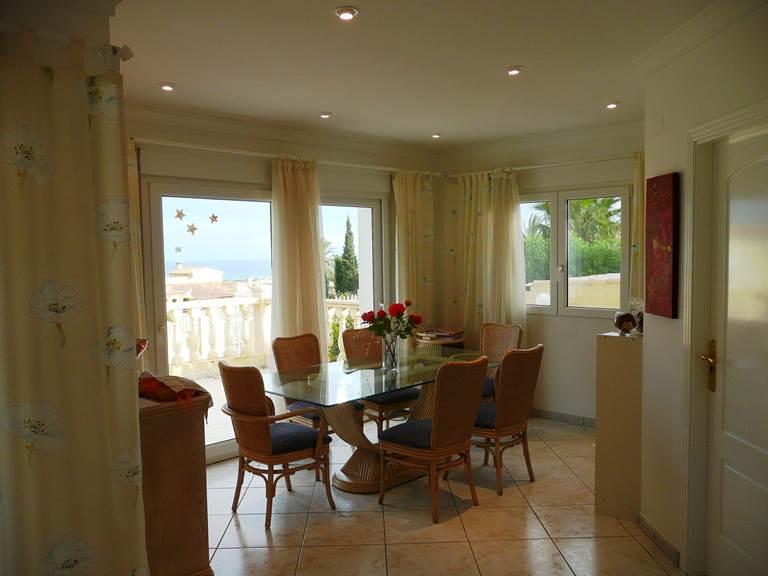 Villa Dénia salle à manger depuis salon terrasse mer.jpg