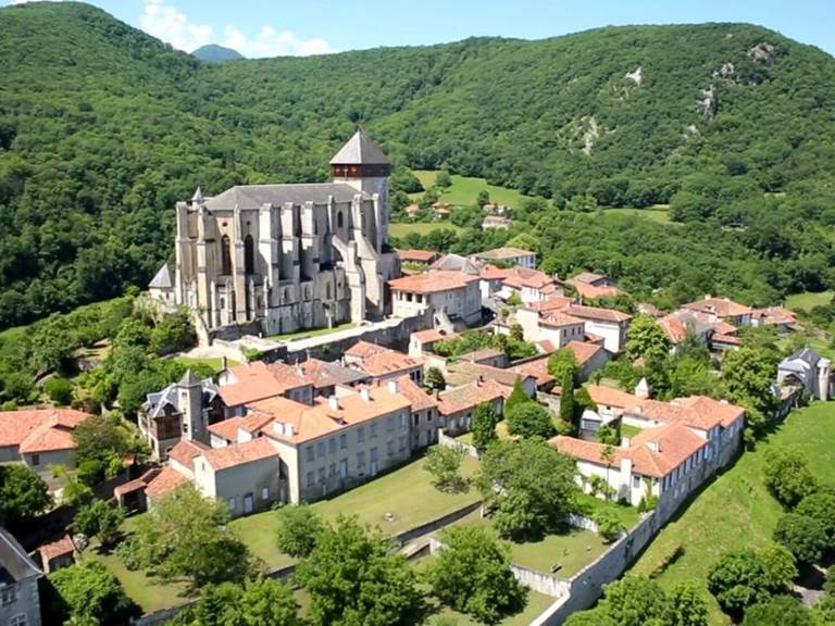 vue du ciel la cathédrale de saint Bertrand de Comminges