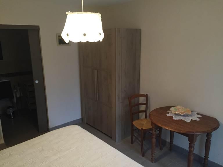 table et armoire