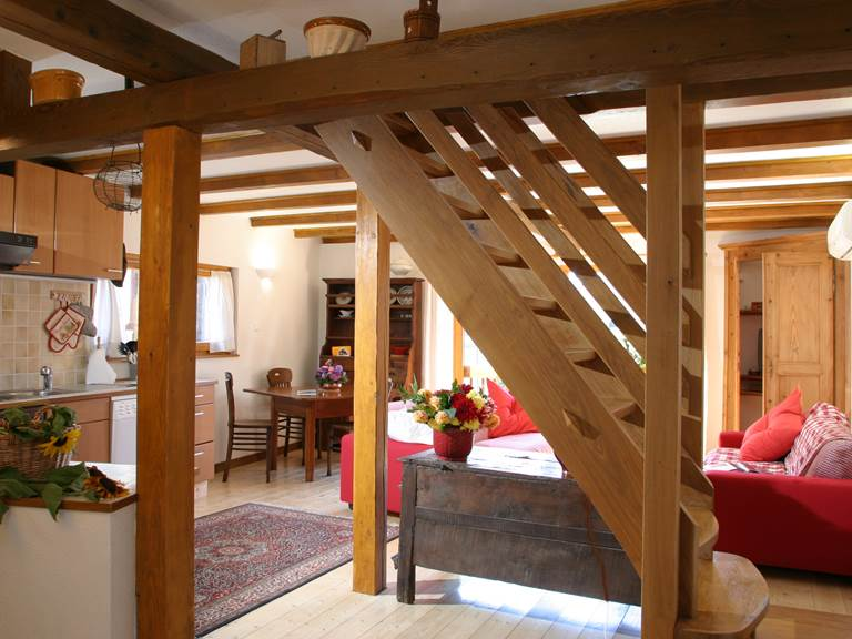 Vue d'ensemble avec escalier meunier pour les chambres