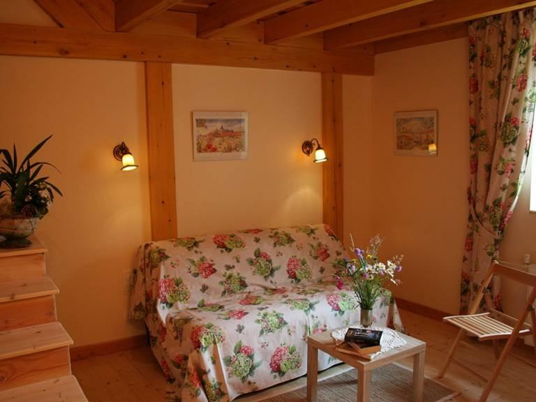 Chambre d'hôtes Printanière espace salon avec TV, tisanerie, WIFI gratuit.