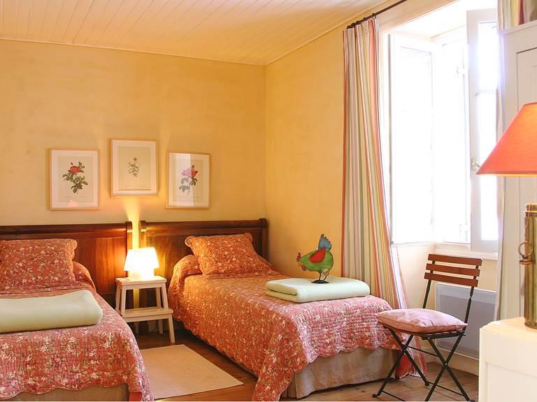 Chambre aux lits jumeaux avec vue sur le bois de chênes