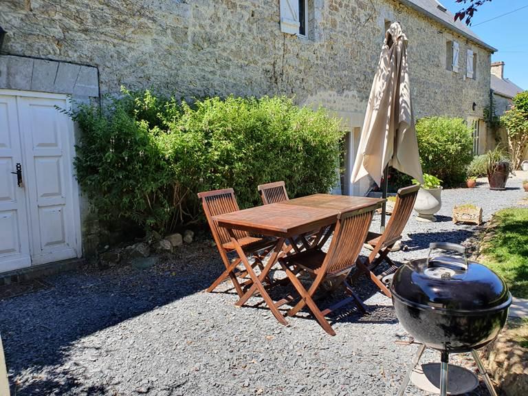 Le salon de jardin avec barbecue
