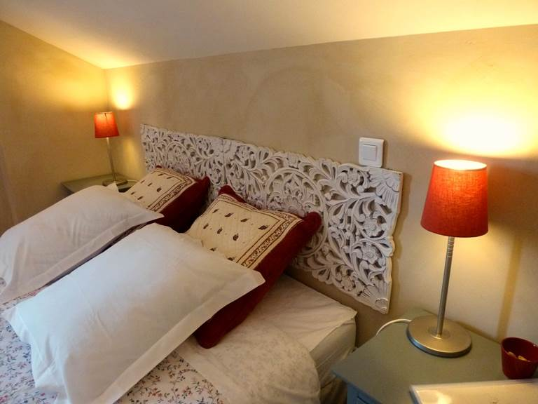 La chambre Coquelicots, murs peints à la chaux