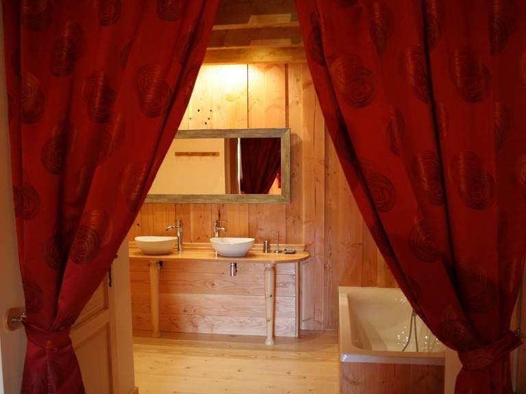 Une salle de bains charmante et confortable avec sèche cheveux et sèche serviettes