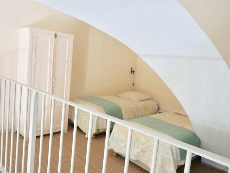 Les lits pour les enfants sur la mezzanine dans la chambre d'hôtes Verveine à la Rougeanne à Carcassonne, Canal du Midi en Pays Cathare