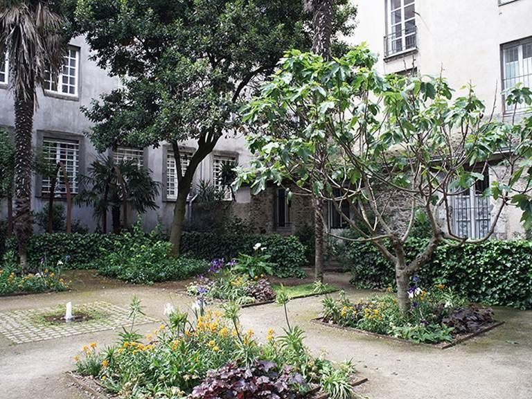 vue jardin de l'église sainte croix