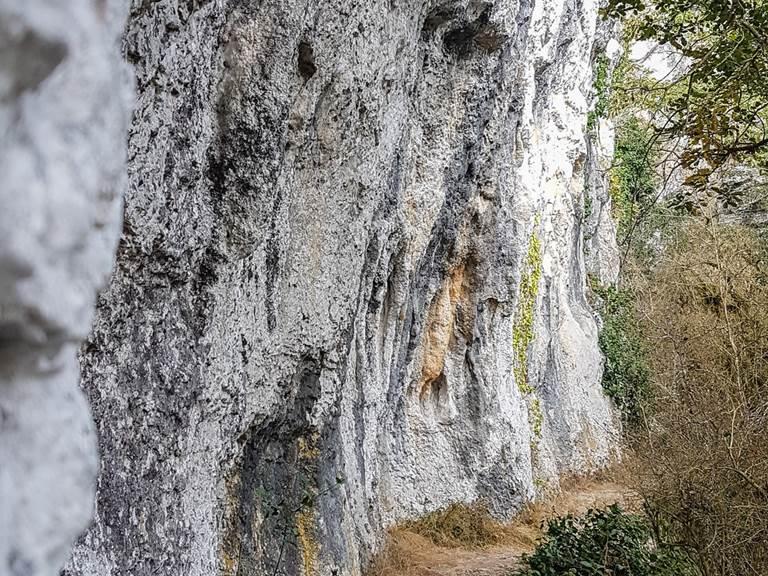 Chemin à flanc de falaise © Lot Tourisme - A