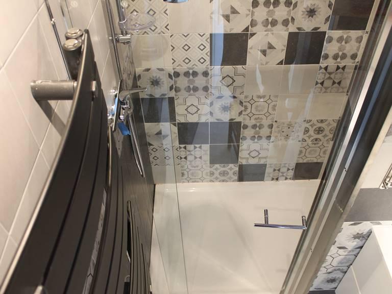 salle d'eau chambres et gîtes de gouelet-ker, douche à l'italienne et sèche-serviette