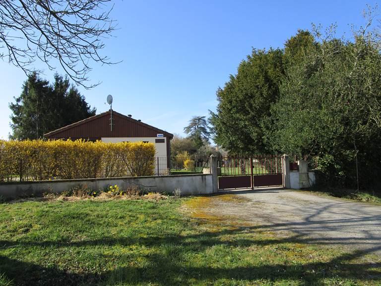 Gîte Les rosiers, vue extérieure, 15 rue des rosiers Arnac-La-Poste en Haute-Vienne, Nouvelle Aquitaine