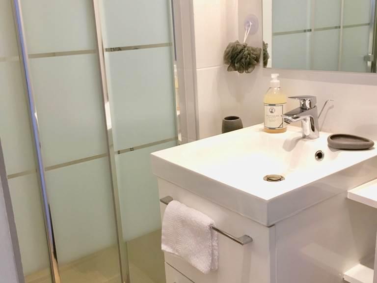 Salle de bains partagée entre deux chambres.
