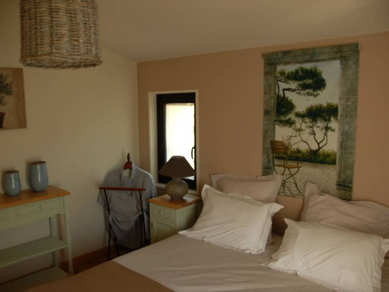 Chambre 2 avec penderie et lit queen size