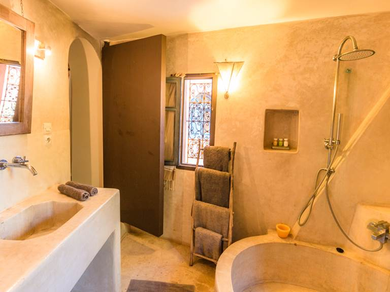 riad Baoussala essaouira - suite Sahara - salle de bain et baignoire ronde en tadelak