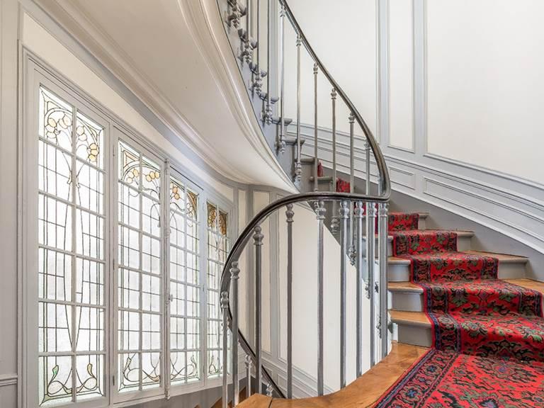 Escalier de l'immeuble 8 rue du Delta