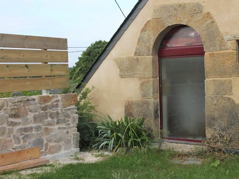 Porte en pierre de Logonna, typique et datant du début du 16 ème siècle
