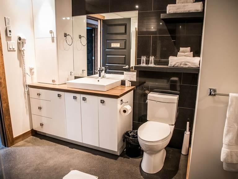 salle de bain privée avec beaucoup d'espace