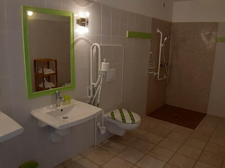 Salle d'eau de la Chambre d'hôtes Petit Pré du Moulin de Montizeau avec accès aux personnes handicapés (PMR)