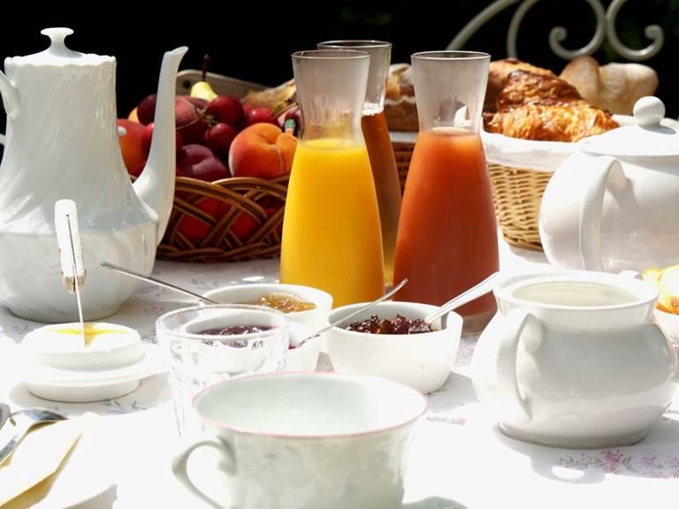 Petit déjeuner compris pour une nuit dans la chambre d'hôtes Verveine à la Rougeanne à Carcassonne, Canal du Midi en Pays Cathare