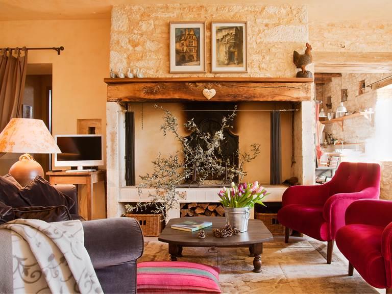 Séjour cosy devant la grande cheminée périgourdine