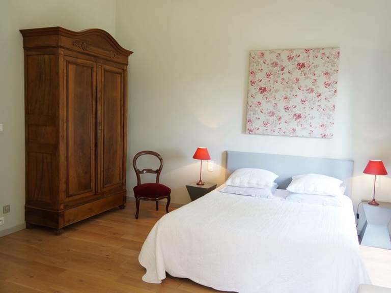 Lit queen size grande chambre pour couple aux chambres d'hôtes la Rougeanne près de Carcassonne dans l'Aude