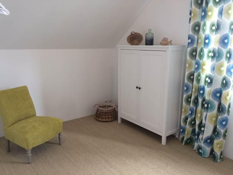La Chambre de Jeanne  luminosité et cocooning grâce à de vrais rideaux de tapissier