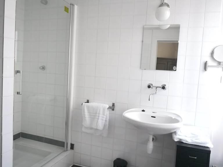 Maison Courbarien - suite Onyx  salle d'eau