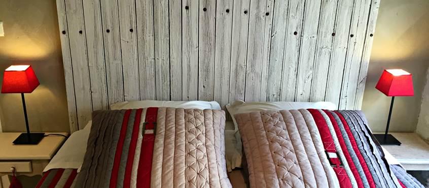 Jolie chambre avec murs en pierre et peints à la chaux dans le Cantalou