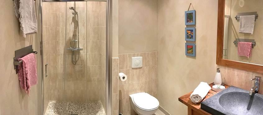 Salle d'eau de la chambre Roses de Cahors, douche à l'italienne