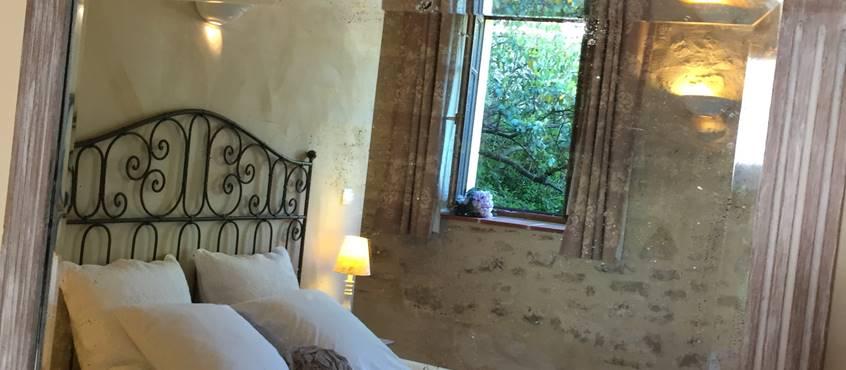 Côté Granges, chambre Fleur de Vigne, murs en pierre et à la chaux