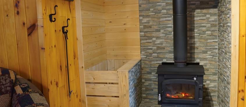 Foyer et salon au Chalet L'Ébéniste pour 2 personnes, au Domaine le Bostonnais, hébergement ville de la Tuque en Mauricie, Canada