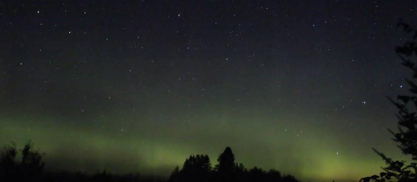 Aurore boréale prise du Chalet L'Observatoire, Domaine le bostonnais, en Mauricie, Ville de la Tuque, Canada