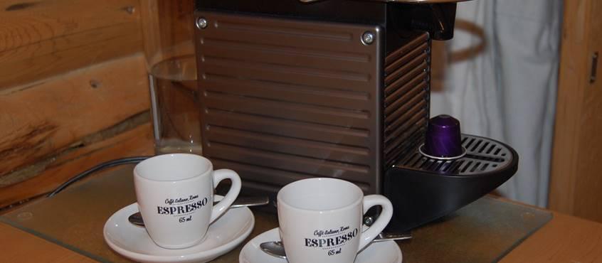 Pause café au Chalet Le Puisatier pour 2 personnes au Domaine le Bostonnais, hébergement La Tuque en Mauricie, Canada