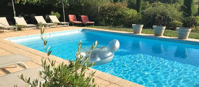 Grand espace piscine avec jolie vue sur la campagne