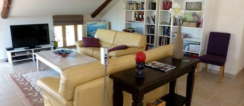 Mezzanine avec bibliothèque, télévision, bureau