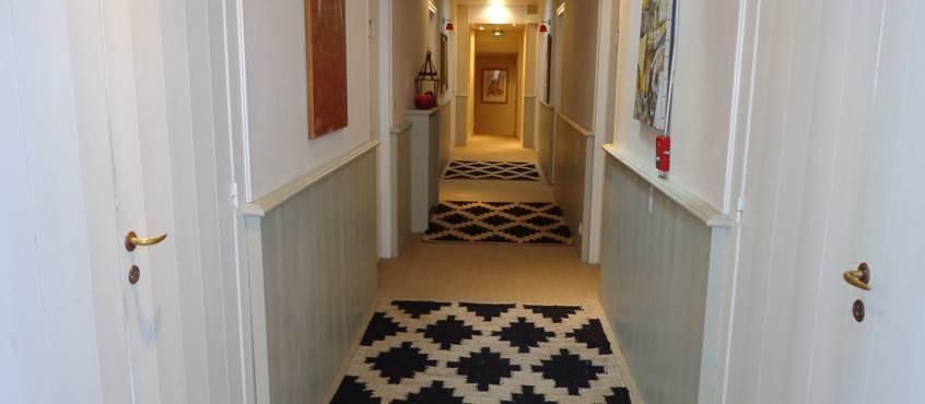 Couloir principal pour accès aux chambres