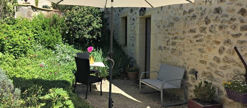 Terrasse privée avec mobilier