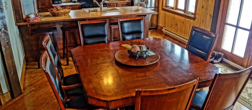 salle a manger et cuisine équipée du chalet de l'auberge du Lac Thomas
