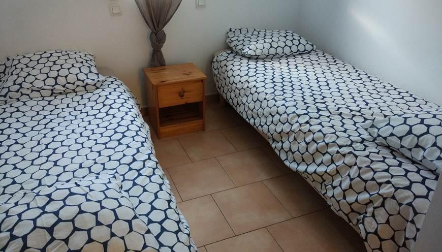 19 Meublé chambre lits jumeaux