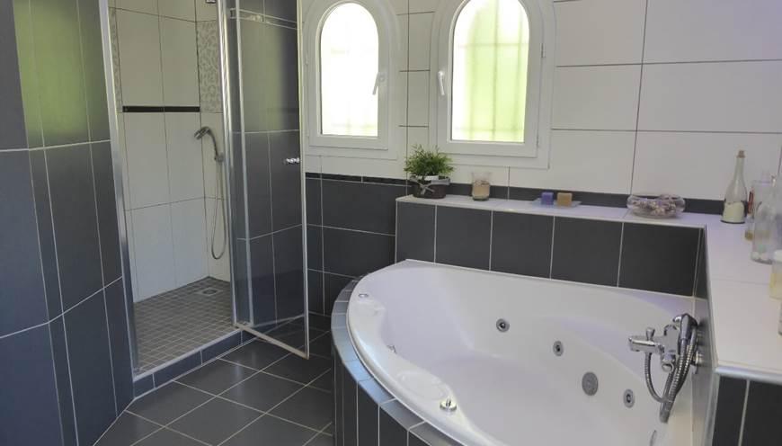 Chambre supérieure baignoire et douche