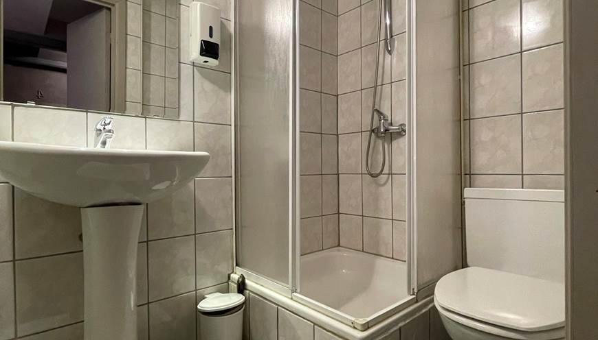 Salle de Bain privative avec lavabo, sèche cheveux, douche et toilettes.  Petit savon, ShampooingDouche, papier wc ainsi que serviettes de main et de bain.