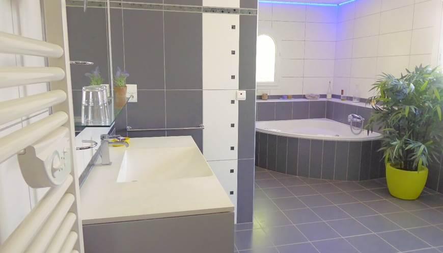 Chambre supérieure salle de bain