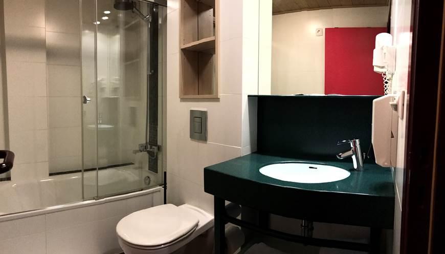 Salle de Bain privative comprenant un bain et douche, un lavabo, un sèche cheveux et toilettes. Savon, shampoing  douche, papier wc, serviettes de main et serviettes de bain.