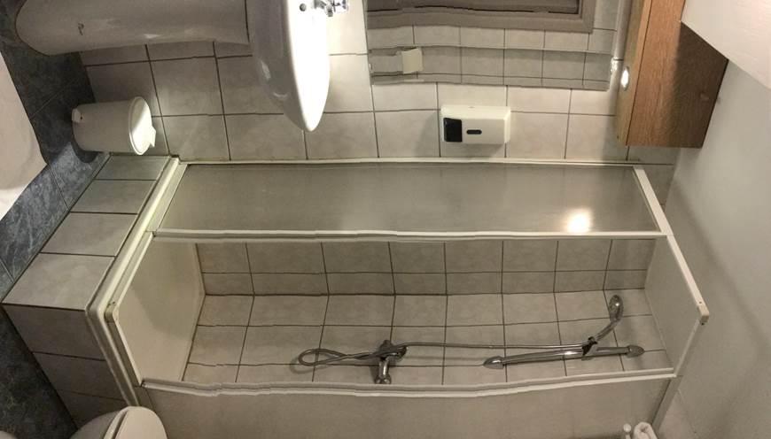 Salle de Bain privative avec douche, lavabo, sèche cheveux et toilettes. Petit savon, ShampooingDouche, papier wc ainsi que serviettes de main et de bain.