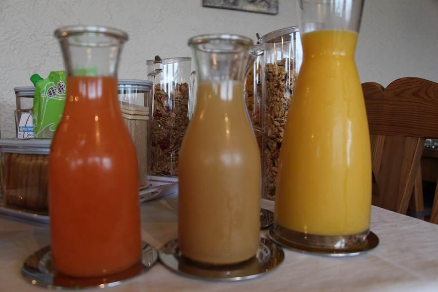 petit déjeuner buffet avec céréales jus de fruits produits bio
