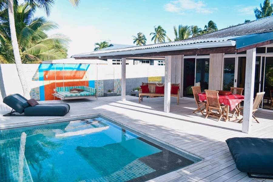 L'espace de vie extérieure avec une terrasse en pin du chili