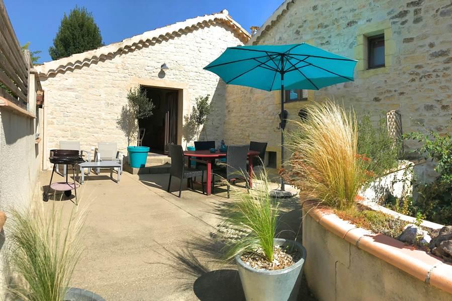 Grande terrasse privée avec mobilier de jardin
