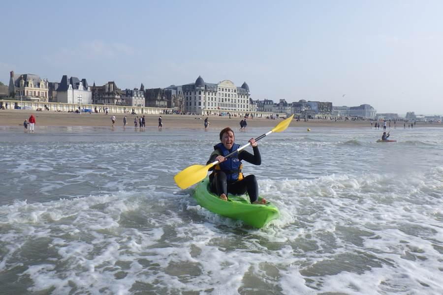 Concept Sport Émotion _ les activités reprennent sur une plage dynamique